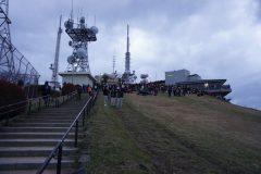 今年も大勢の人たちが集まった山頂