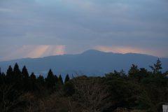 福智山を挟むような光のカーテン