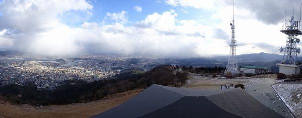 積雪はないが、寒風の吹き付ける山頂
