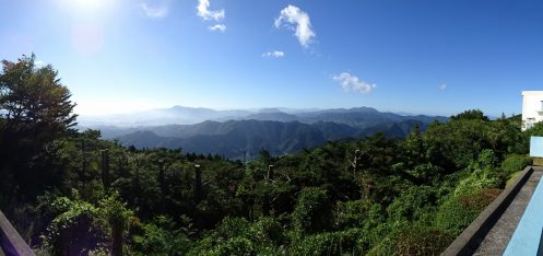 展望台からの南方面のパノラマ。中央に由布岳が見えている。