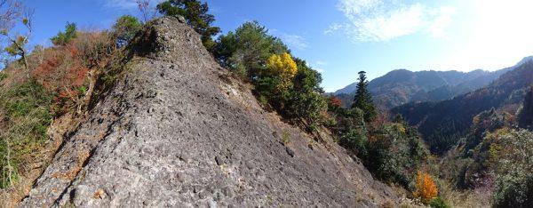 登山道の鎖場。道は直下の右側を巻く。