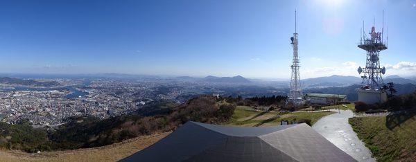 快晴の皿倉山山頂で足立山方面のパノラマ